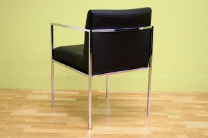 Практичное кресло в офис