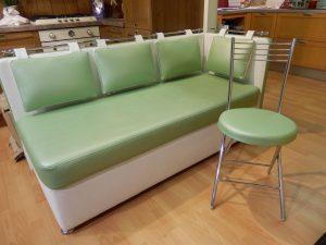 Кухонный гарнитур с прямым диваном