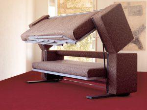 Процесс трансформации дивана в кровать