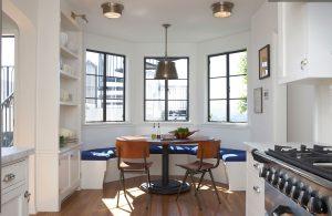 Эркерный диван в белой кухне