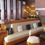 Комфорт узкого прямого дивана в кухне: выбор и размещение