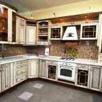 Особенности фасада кухни из массива дерева